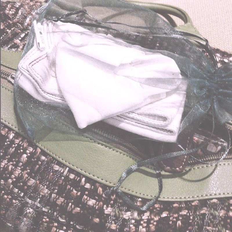 Le mouchoir en tissu rose de Rosalie